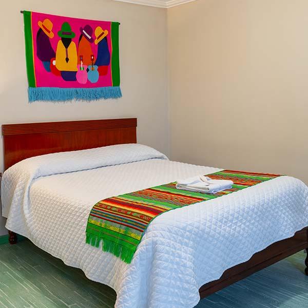 hoteles-ecuador-otavalo-hotel-el-indio-inn-habitacion-matrimonial
